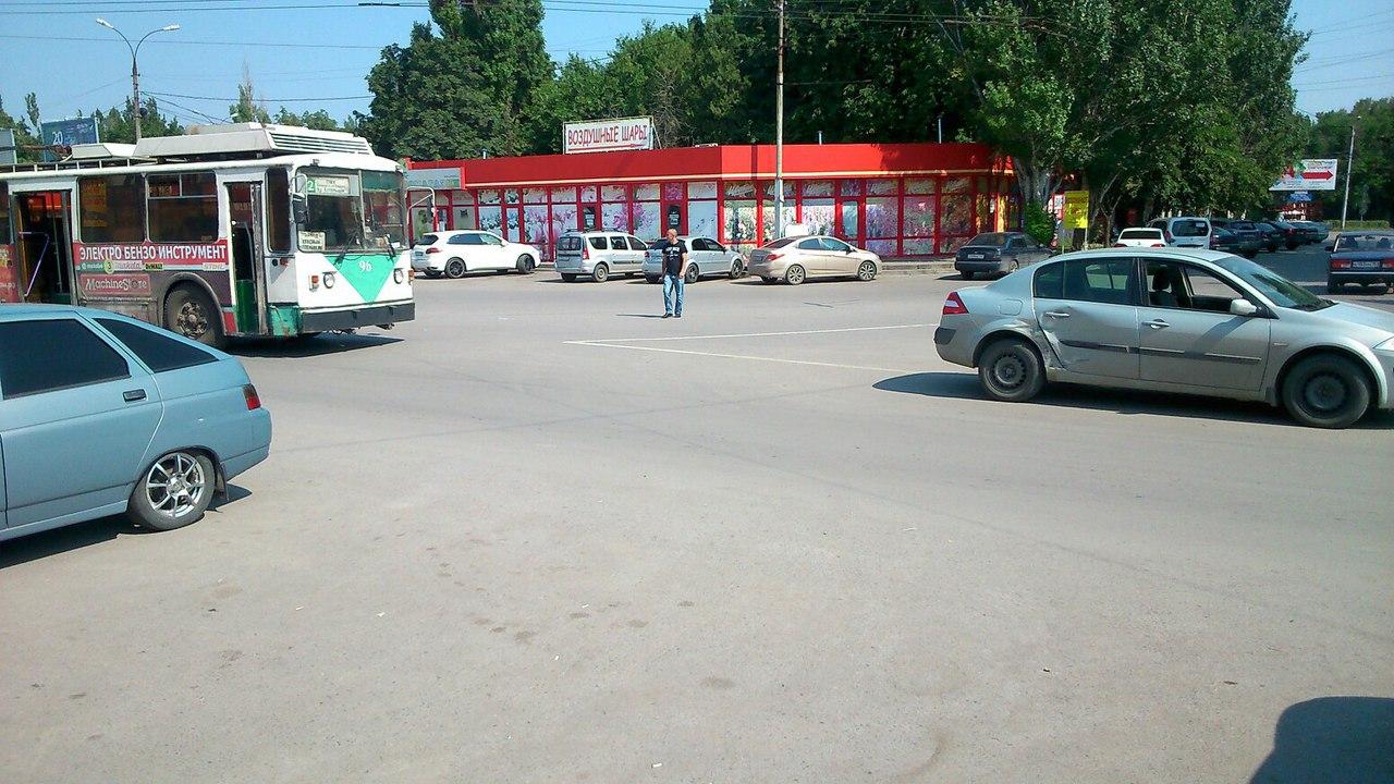 В Таганроге троллейбус №2 столкнулся с Renault