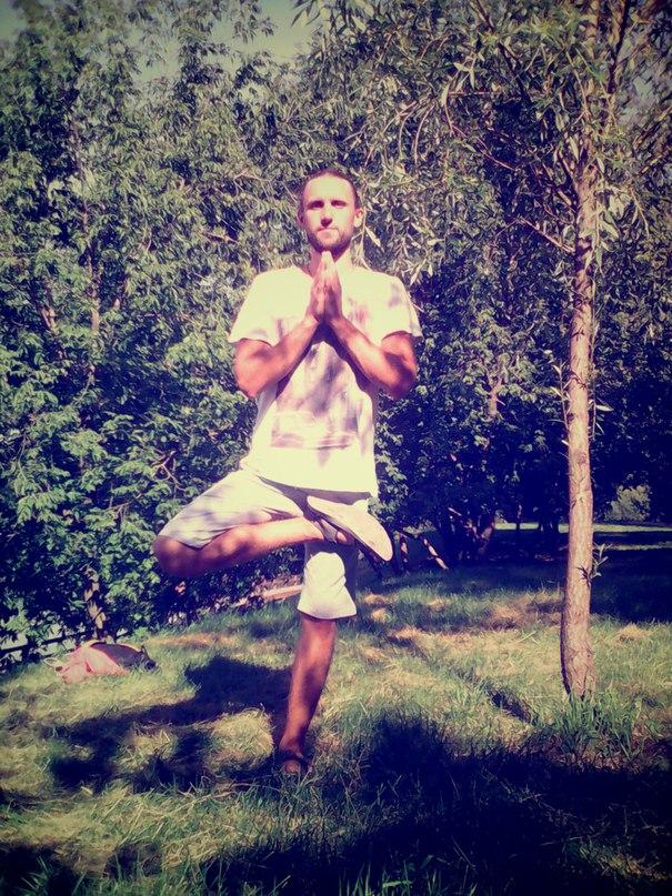 инструктор по йоге Денис Ромаков