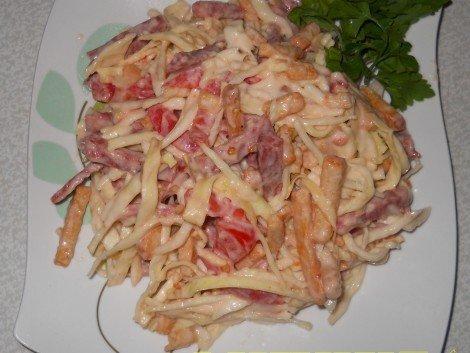 Салат с пекинской капустой сухариками колбасой