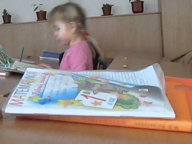 Дети бьются головой об стол