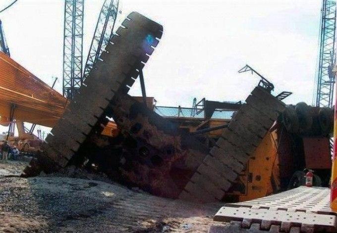 В Таганроге в бухте Андреева подъемный строительный кран упал в залив