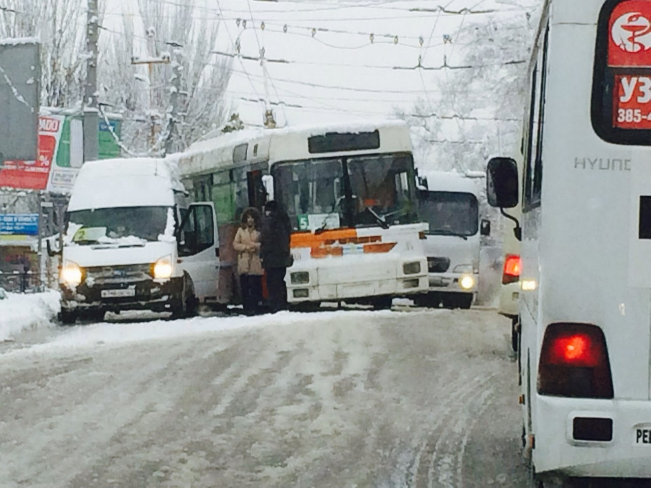 В центре Таганрога троллейбус столкнулся с маршруткой