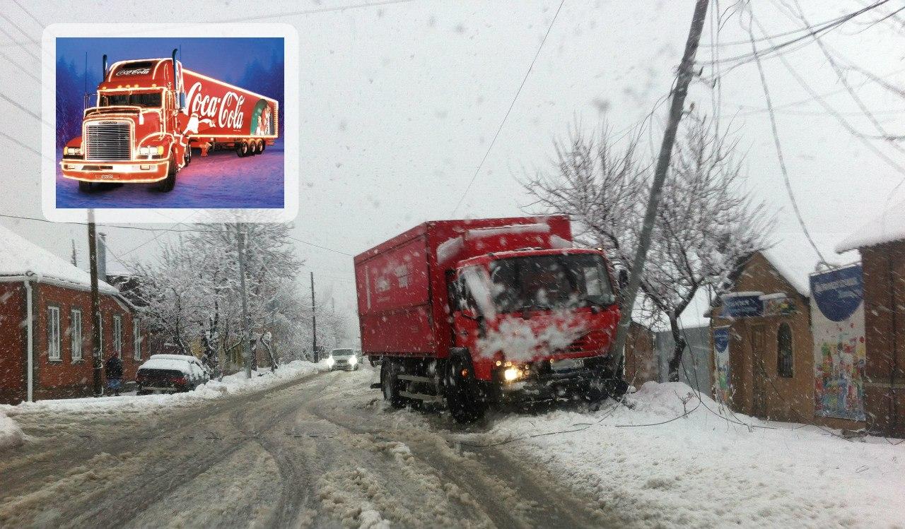 В Таганроге грузовик Coca-cola снес бетонную опору ЛЭП
