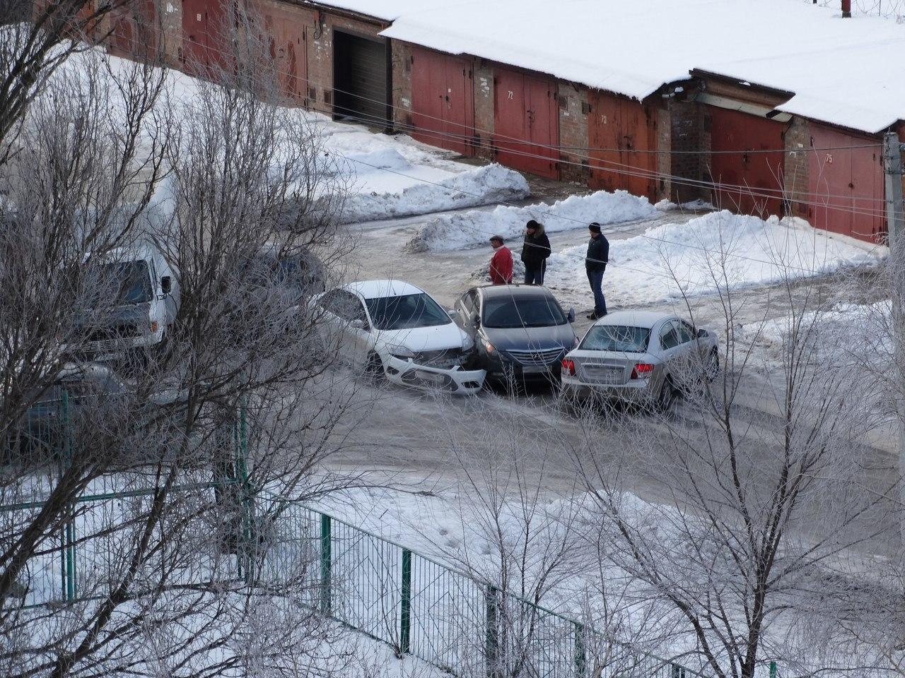 Тройное ДТП в Таганроге: иномарки встретились на улице Н.Кукольника