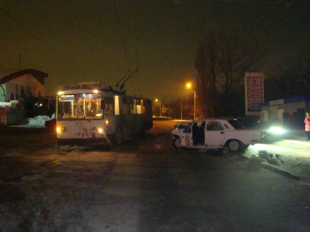 В Таганроге пьяный на «Волге» врезался в троллейбус. ВИДЕО
