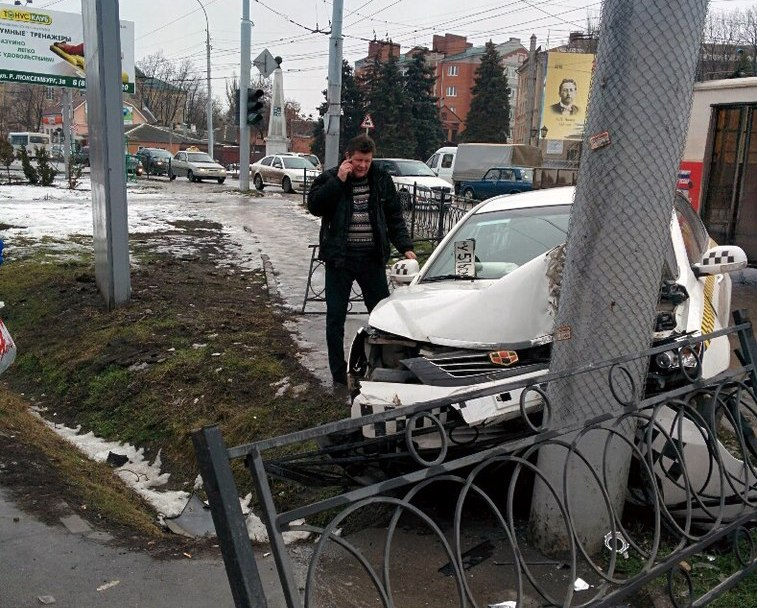 В Таганроге таксист на Geely Emgrand в центре города врезался в бетонный столб
