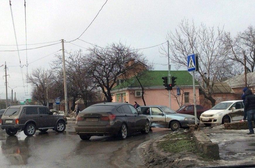 В Таганроге на улице Чехова произошло тройное ДТП