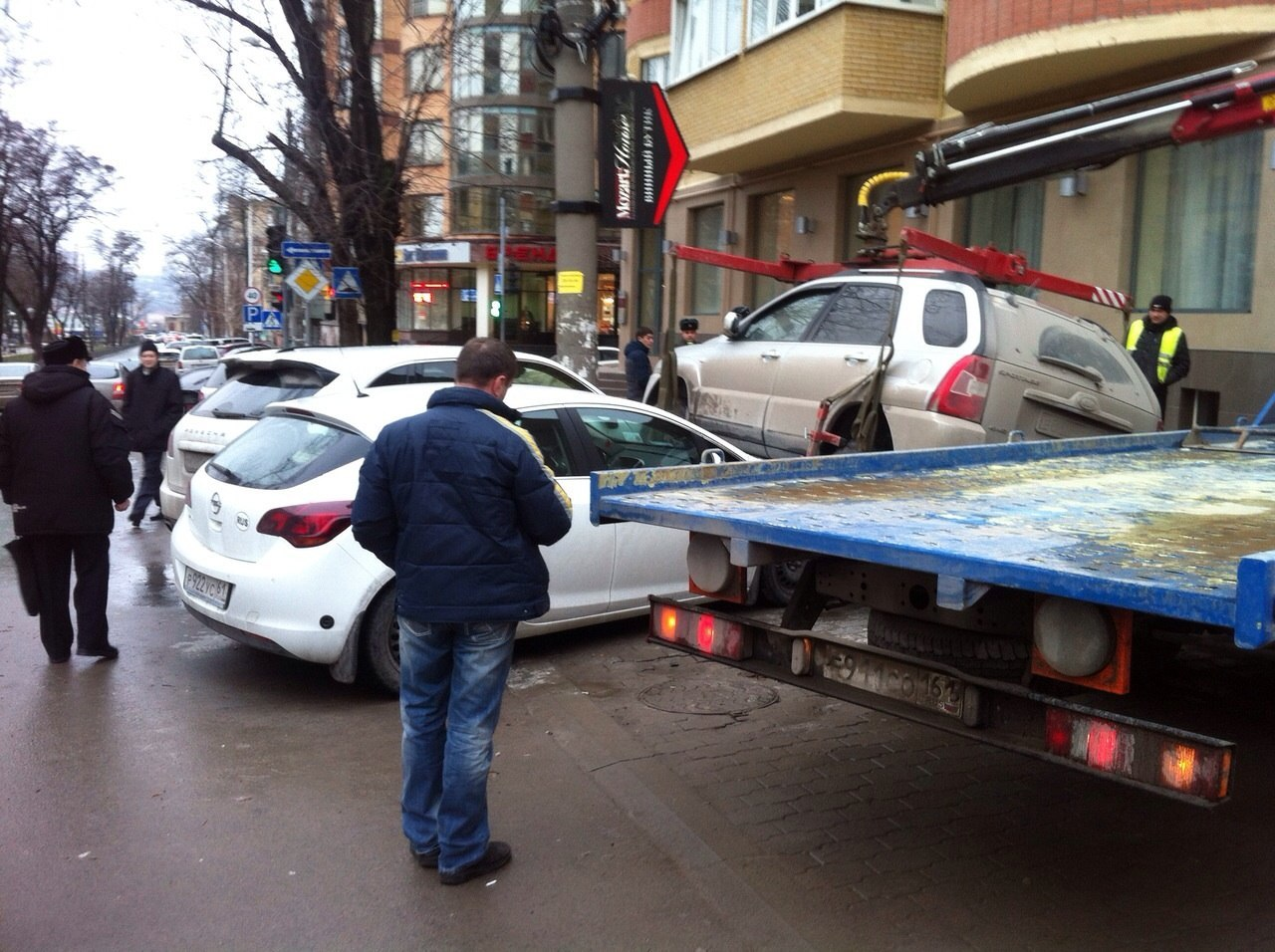 Ростовский эвакуаторщик уронил Kia на припаркованные Porsche и Opel