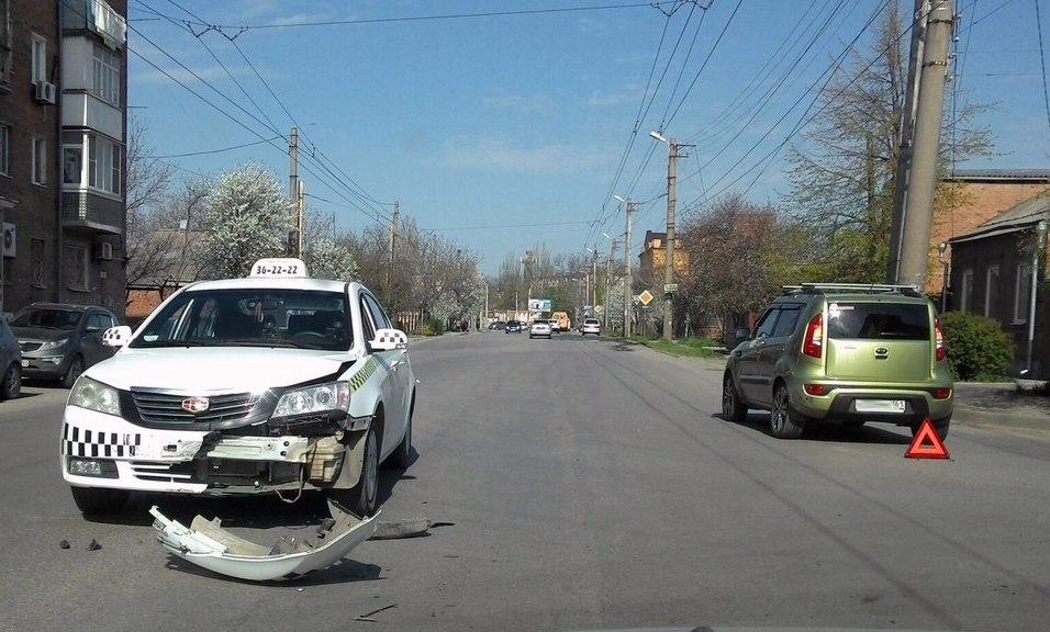 В Таганроге водитель «Киа» спровоцировал ДТП с такси