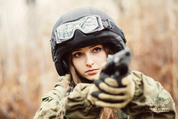 фото девушек брюнеток с оружием в военной форме