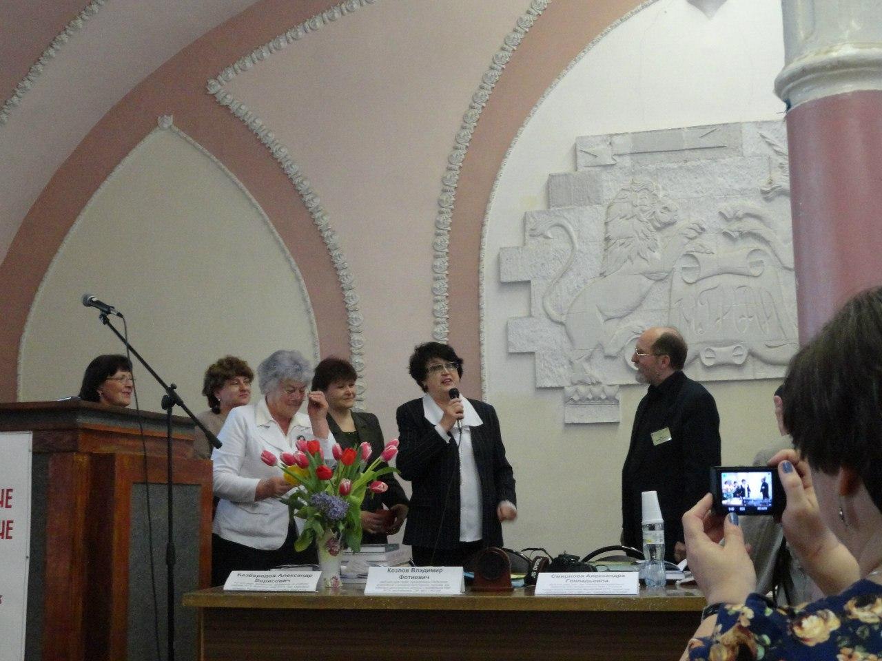 В.Ф. Козлов принимает поздравления от делегации из г. Кольчугино