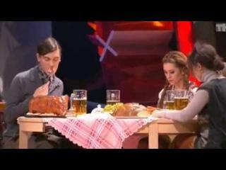 камеди вумен немецкая семья за столом