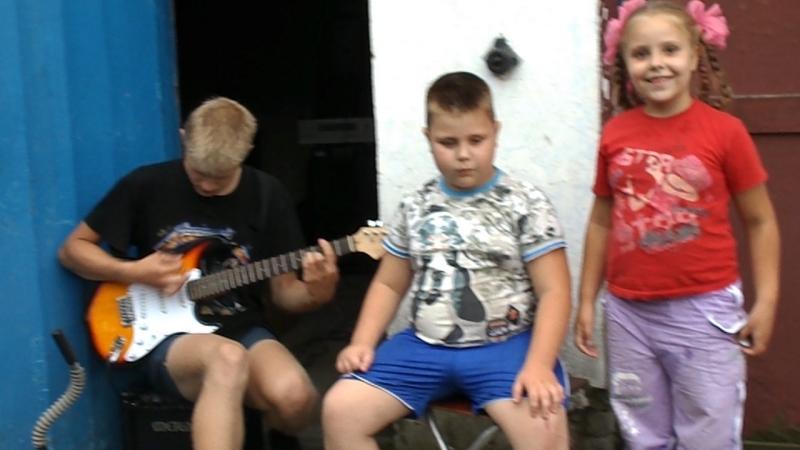 Поют именинник Фёдор и Кира 06.08.2015г., гитара- Витёк.