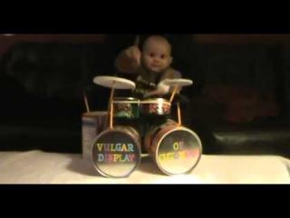 Маленький ребёнок круто играет на ударниках и барабанах Будующий Рок Музыкант