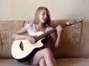 Поет своему парню под гитару! Хорошая девочка!