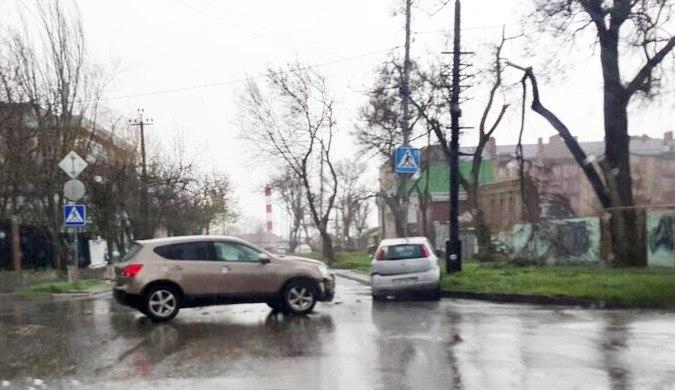 В центре Таганрога Nissan Qashqai протаранил Fiat Punto