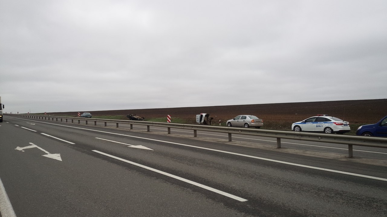 На трассе «Ростов-Таганрог» перевернулись два автомобиля