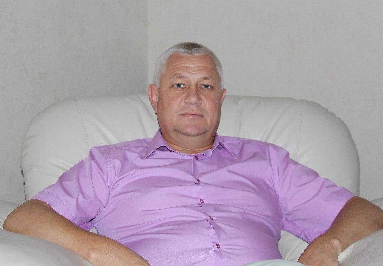 Смирнов Анатолий Евгеньевич - директор клиники, зубной врач (квалификации хирург, ортопед).