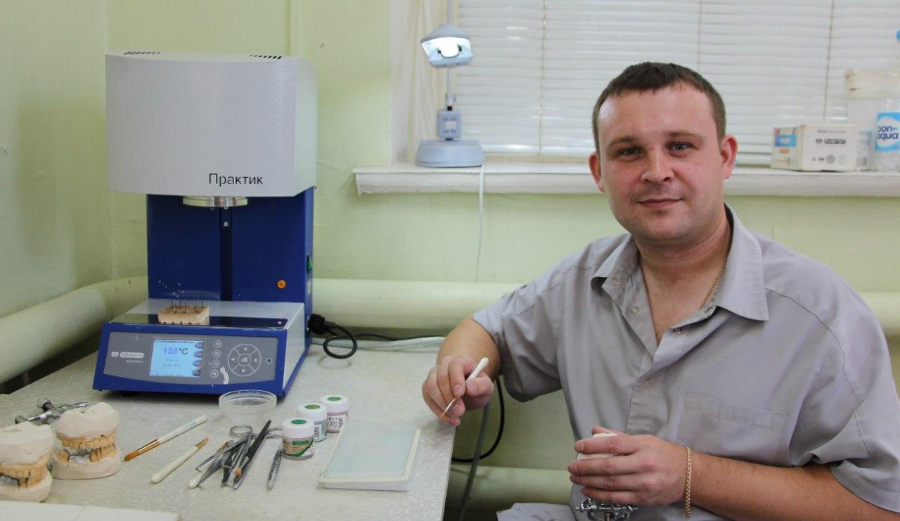 Зубной техник Денис Одиноков за работой зуботехнической даборатории