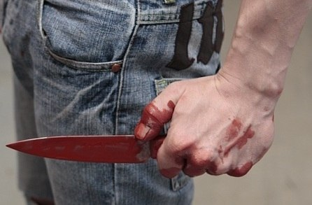 В Таганроге 36-летний мужчина ударил на улице девушку ножом