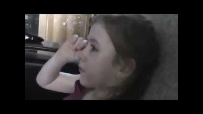 Девочка прощается с Олимпийским Мишкой