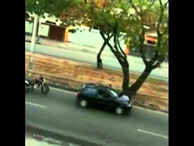 Video mostra -homem pega arma de PM ferido e mata bandido em tiroteio no RIO