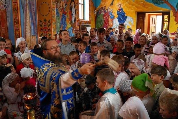 Священник з Хмельниччини рятує дитячі душі, даруючи родинне тепло - фото 1