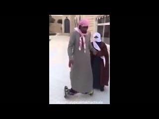 Араб учится кататься на Hoverboard