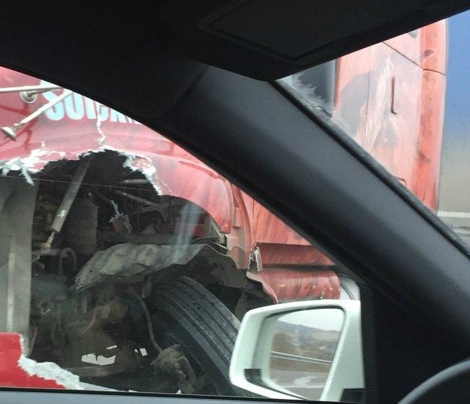Серьезное ДТП на трассе «Ростов-Таганрог»: столкнулись Renault Logan и фура, есть пострадавшие