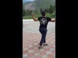 Туркменский парень зажигает, очень красиво танцует в такт музыке))