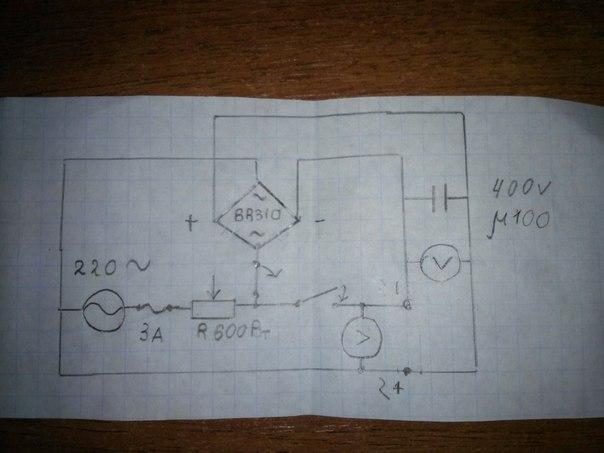 В схеме 2 вольтметра 1 для