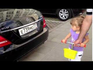 Двухлетняя девочка знает все машины