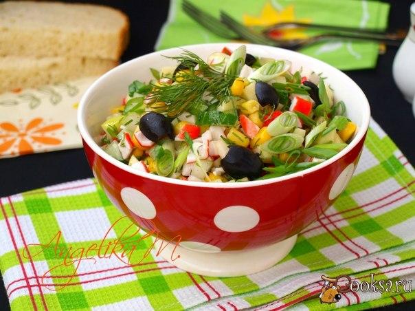 Салат с яблоком, огурцом, кукурузой и крабовыми палочками Простой и вкусный салат с крабовыми палочками, яблоком, огурцом и кукурузой замечательно подойдёт для завтрака или ужина в дополнение к гарнирам из риса или картофеля, а также для лёгкого перекуса. Все ингредиенты в этом салате нарезаются кубиками.