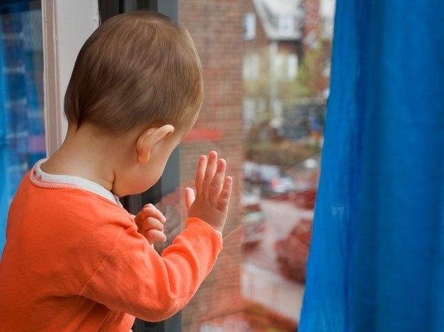 В Таганроге полуторогодовалый ребенок остался один за закрытой дверью и работающей газовой плитой