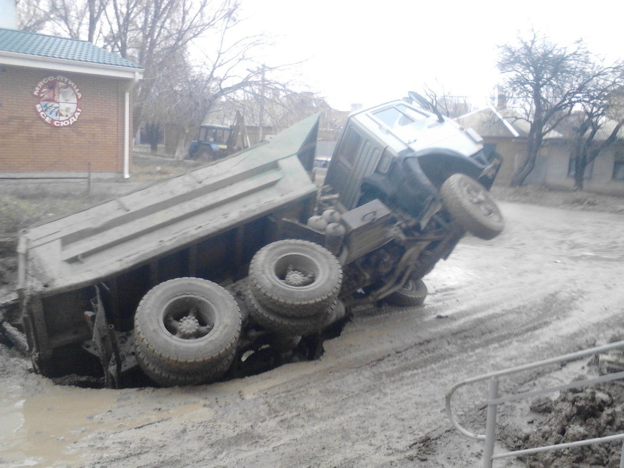 В Таганроге «КамАЗ» провалился под землю. ВИДЕО