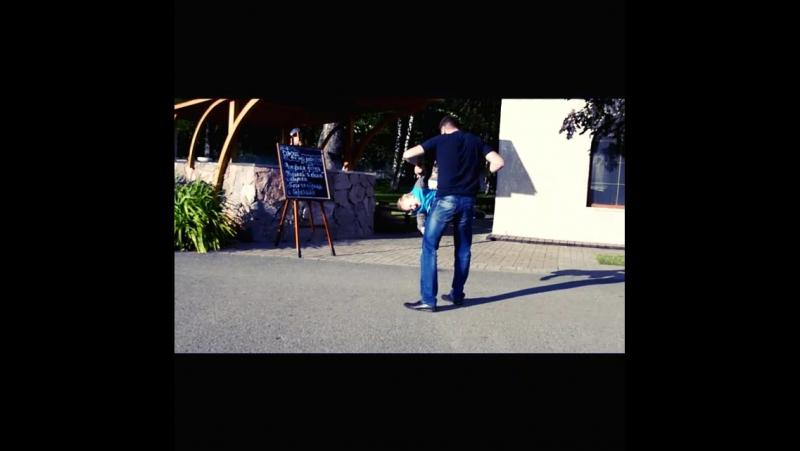 Даниэль обожает дикие игрища🎭 носиться👣 танцевать под RU TV🎶🎵🎤и когда его папа мотает 😄💪