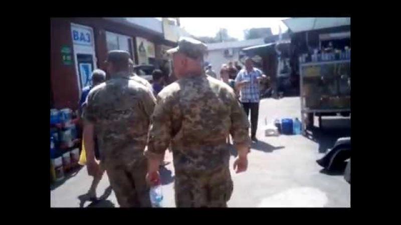 Воєнкоми роздають повістки на ринку, але після початку зйомки цього процесу тікають, Кривий Ріг
