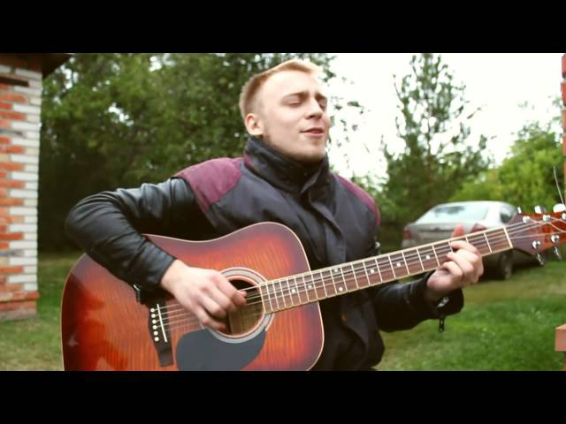 парень красиво поёт и очень классно играет на гитаре до слёз!