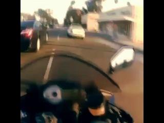 Лучшие видео приколы и юмор! on Instagram: Сумасшедшим всегда везет #видео #мотоциклист #опасность #сумасшедший