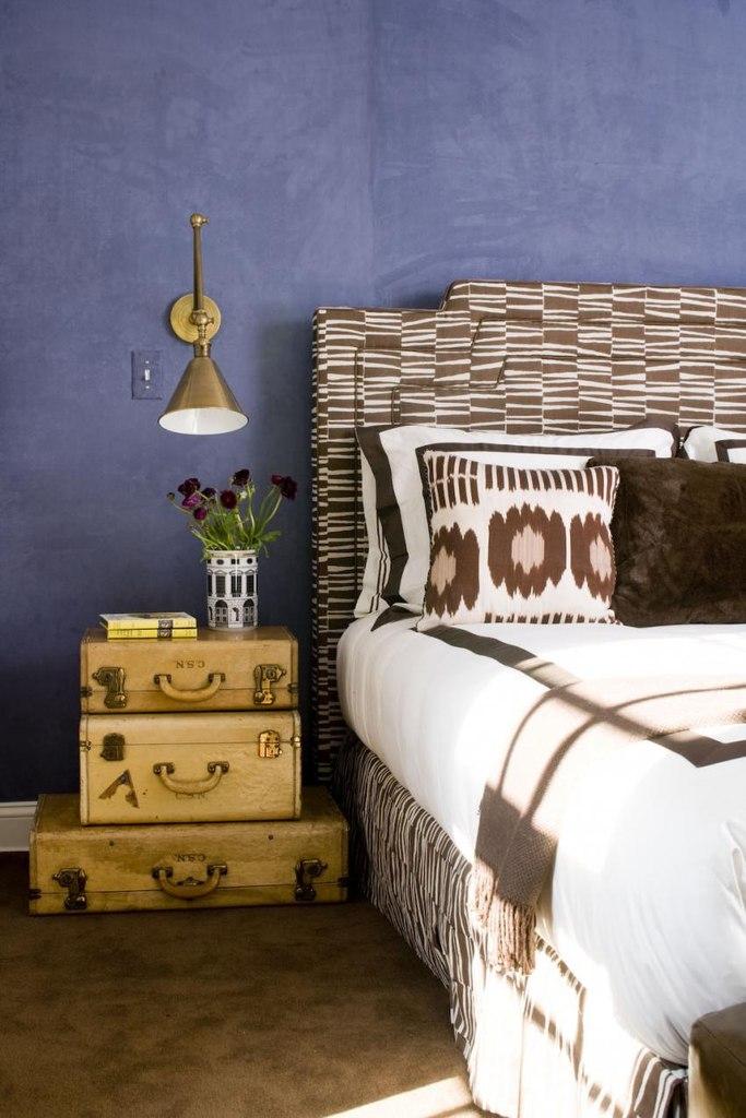 Чемоданы у кровати вместо прикроватной тумбочки