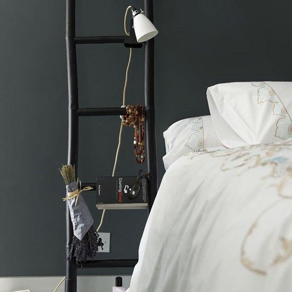 Лестница у кровати вместо прикроватной тумбы