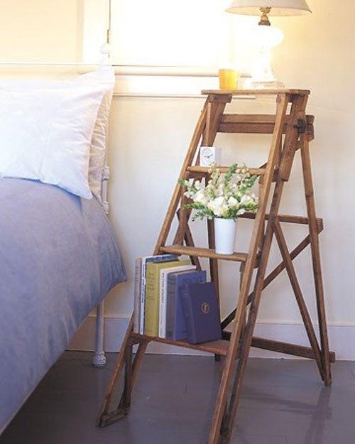 Стремянка возле кровати вместо прикроватного столика