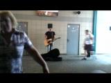 Парень играет песню Кузьми Скрябина