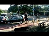 Велосипедист руками утащил машину с велодорожки