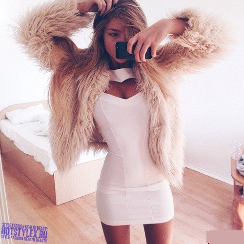 фото блондинки перед зеркалом