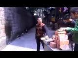 Китайский мастер разбивает 37 кирпичей за 52 секунды