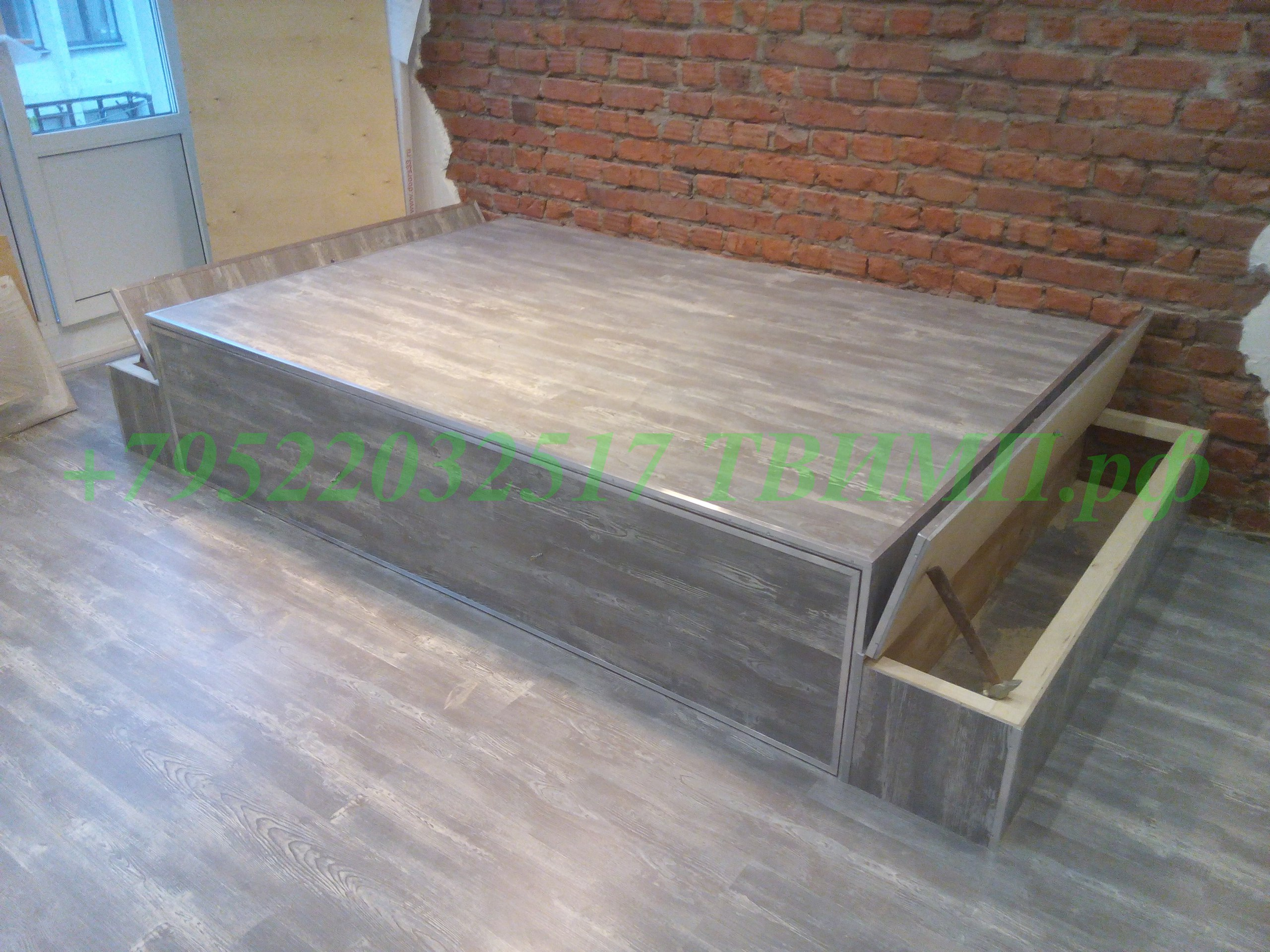 Решение для маленькой квартиры - кровать в подиуме!
