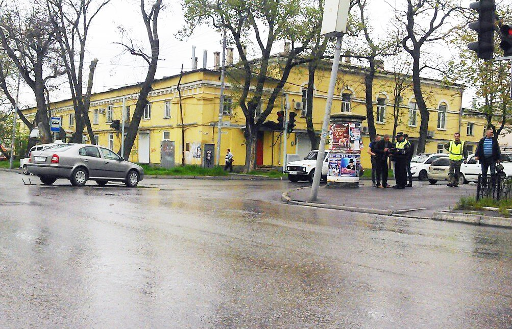 ДТП в Таганроге: такси Fiat Doblo после столкновения со «Шкодой» врезалось в дерево