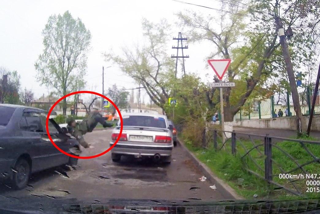 В Таганроге напротив «Радика» девушка на Hyundai Accent сбила военного курсанта. ВИДЕО
