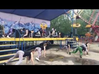 """В Чебоксарах школьницы повторили провокационный тверк оренбургских """"пчелок"""" Малолетние девочки исполнили групповой танец, в кото"""